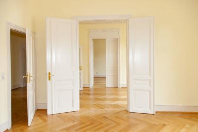 Große, hohe Räume mit Flügeltüren